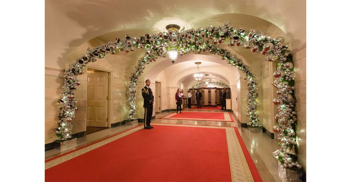 Lovely Christmas Decoration In The White House Wallpaper