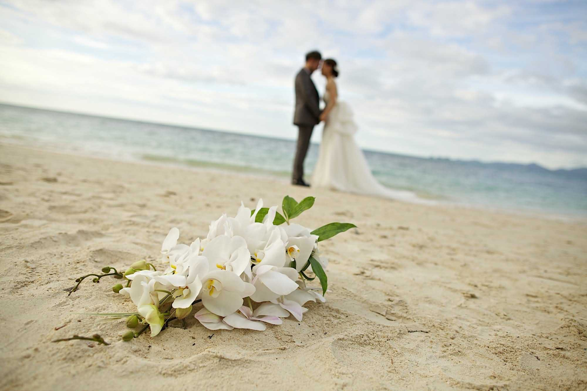 Beach Romantic Wedding Couple Wallpaper