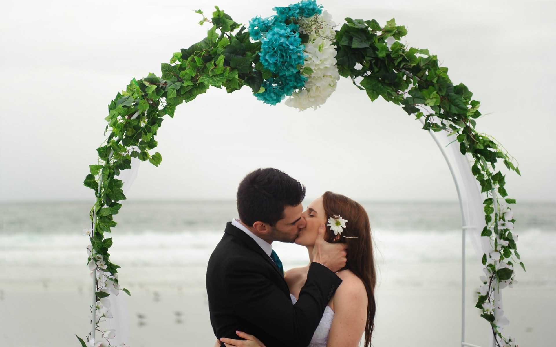 Lovely Wedding Couple Kiss Wallpaper