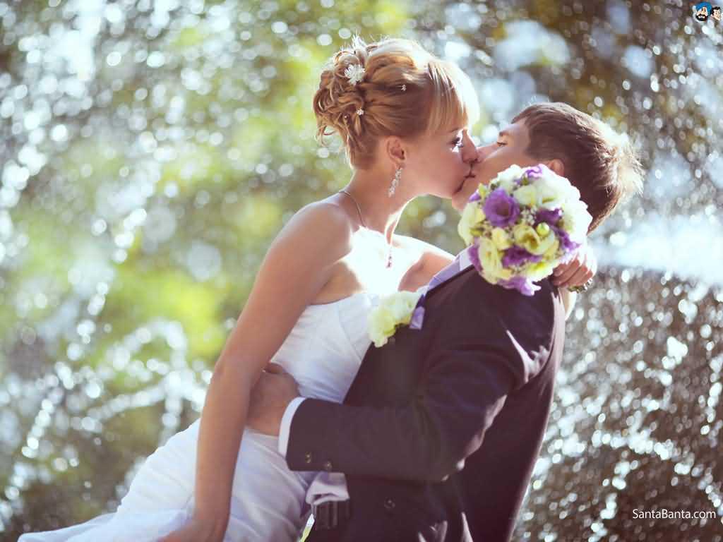 Romantic Couple Kisses Wallpaper