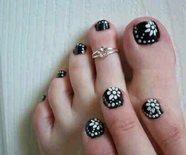 Tremendous White Flower In Black And White Nails