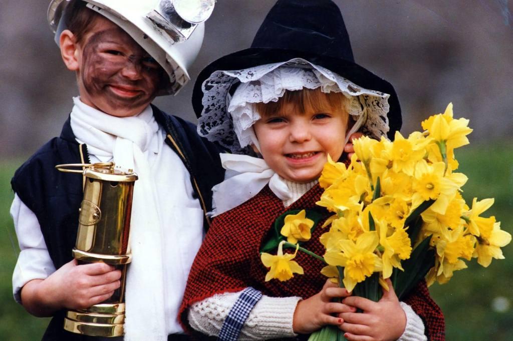 Cute Kids Celebrate St David's Day Wishes Wallpaper